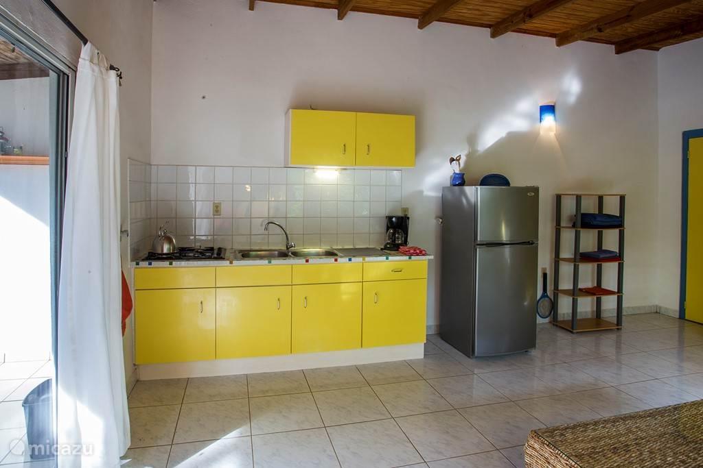 Woonkamer met open keuken apartement Wabi