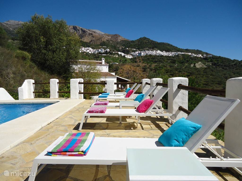 Zicht op de villa en omgeving van aan het zwembad. Ook hier heb je perfect uitzicht op het mooie landschap dat erg typisch is voor de streek.
