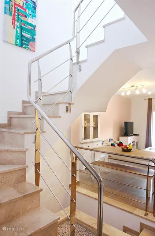 De traphal (trap naar de bovenverdieping en de trap naar de garage)