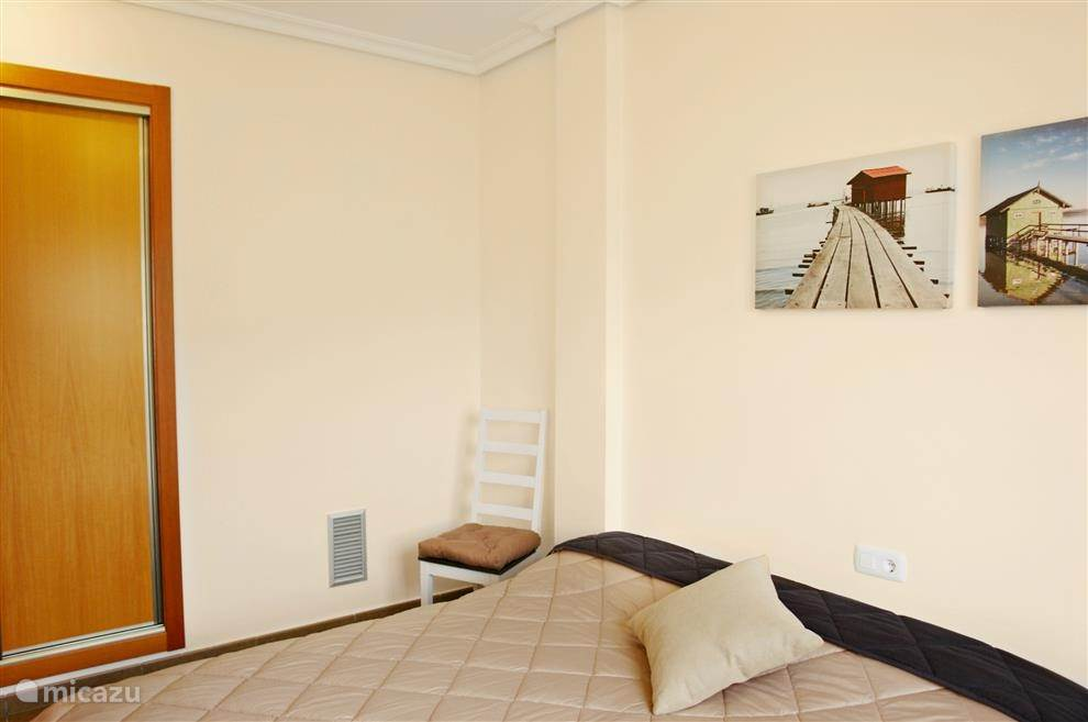 Slaapkamer 3. Alle kamers hebben een raam, rolluiken, ingebouwde kast, airco...
