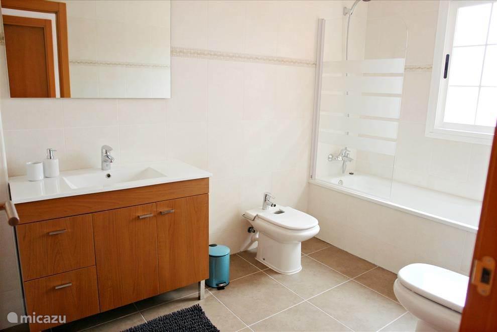 Badkamer 3 boven. Uitgerust met toilet, bidet, wastafel, ligbad/douche, haardroger, verwarming, linnenmand...