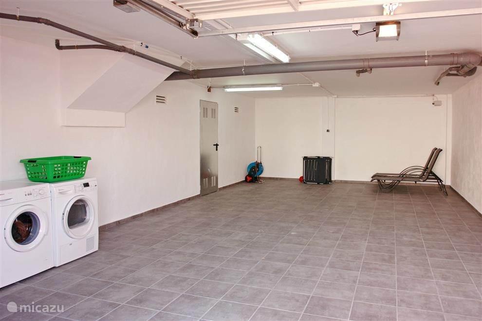 De ruime garage met directe toegang tot de woning.