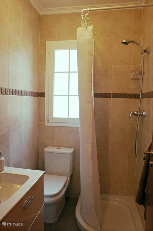 Badkamer 2 - voorzien van douche, wastafel met spiegel, toilet, verwarming,...