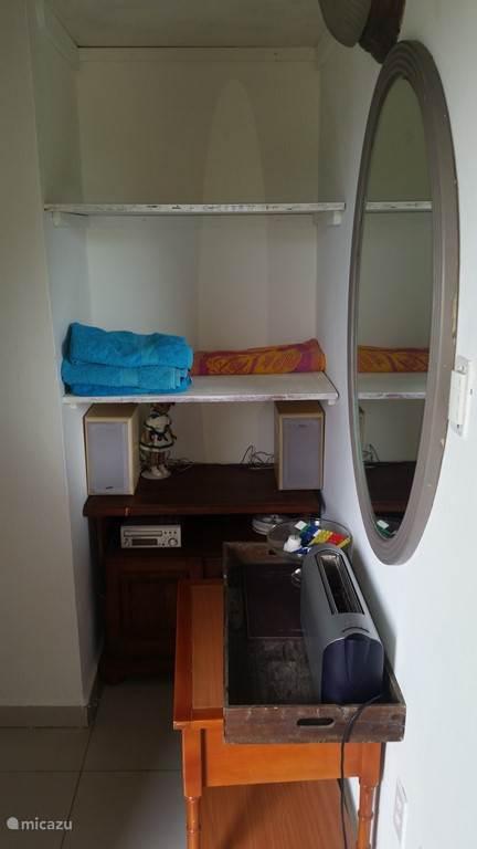Een deel van de closet room voor uw spullen en aansluiting 220V. De rest is 110V.