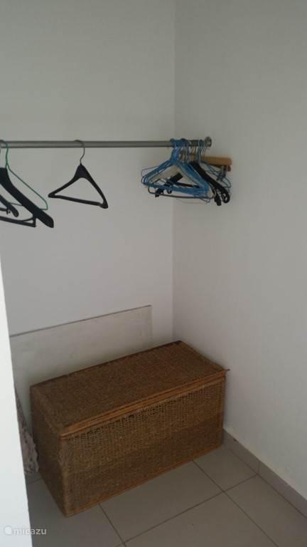 De closet room om uw kleren te hangen.