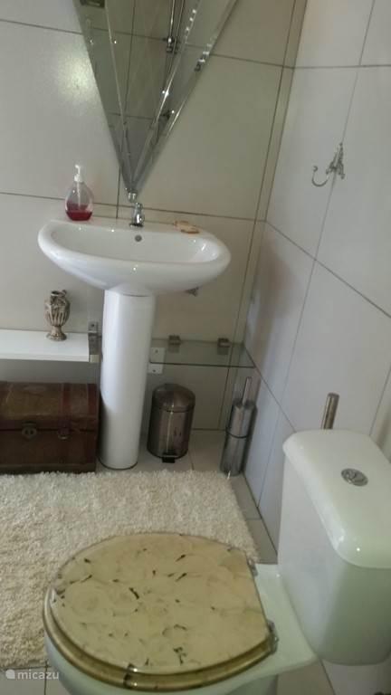 Deel van de badkamer.