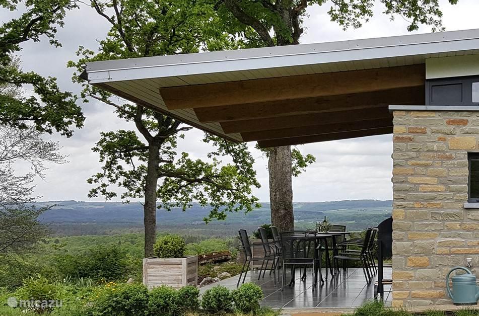 Gelegen nabij Durbuy, op een privé-domein van 10.000 m2, tussen beboste hellingen. Rondom en in het huis volop licht en een betoverend landschap. Aspen Villa is een 12 persoons villa met rondom natuur, valleien en bossen.