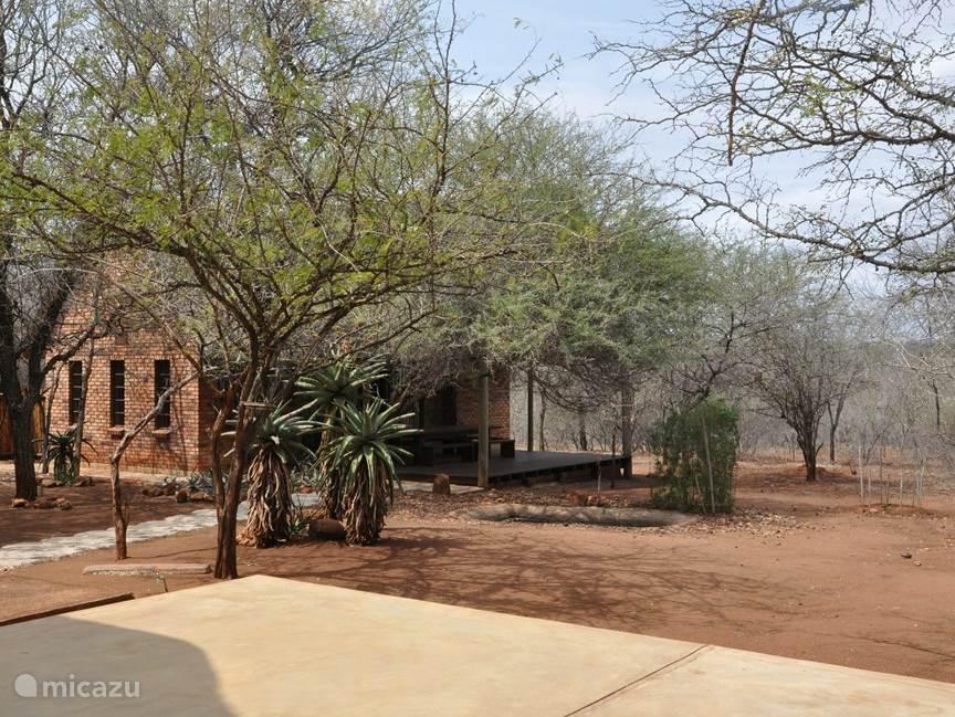 Tuin met lounge-huis gezien vanaf de veranda van het woonhuis