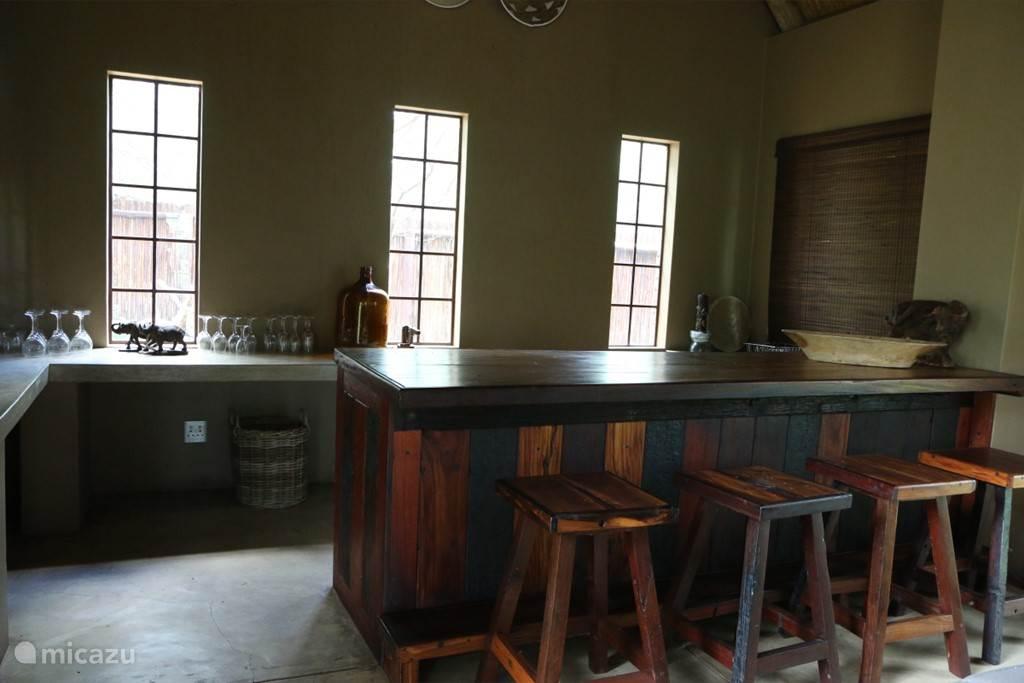 Gezellige bar om aan te zitten in  het lounge-huis