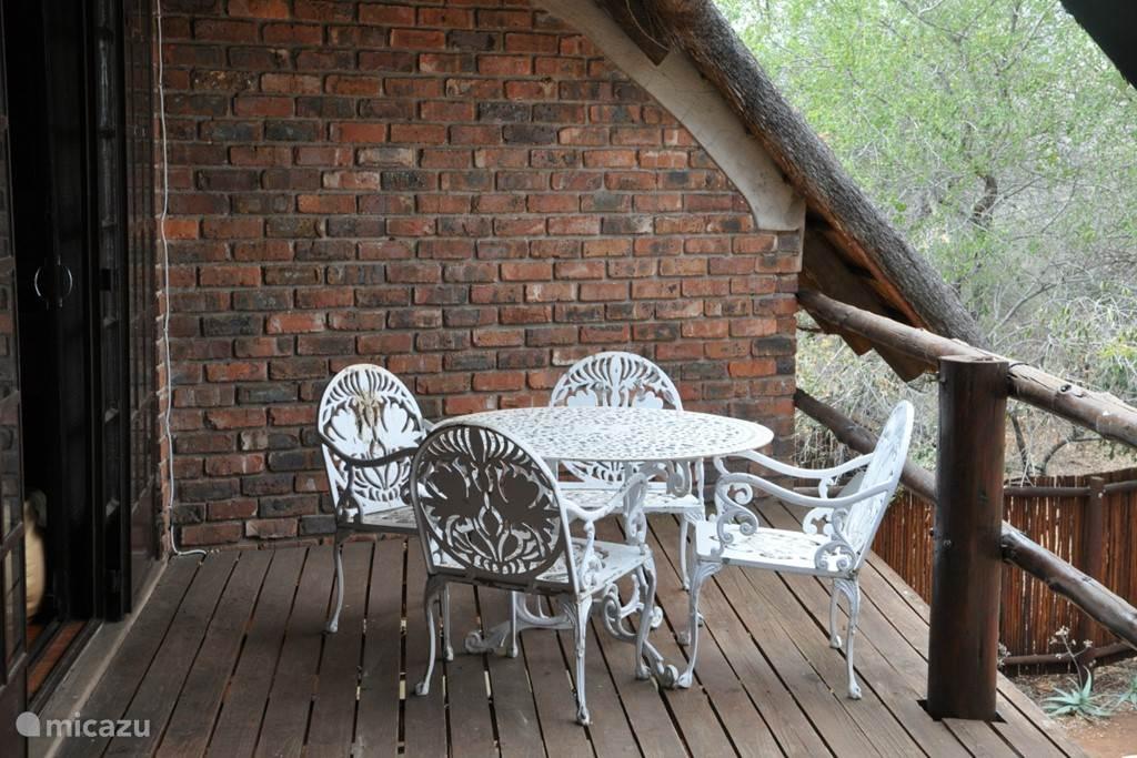 Een heerlijk balkon met uitkijk over de bush