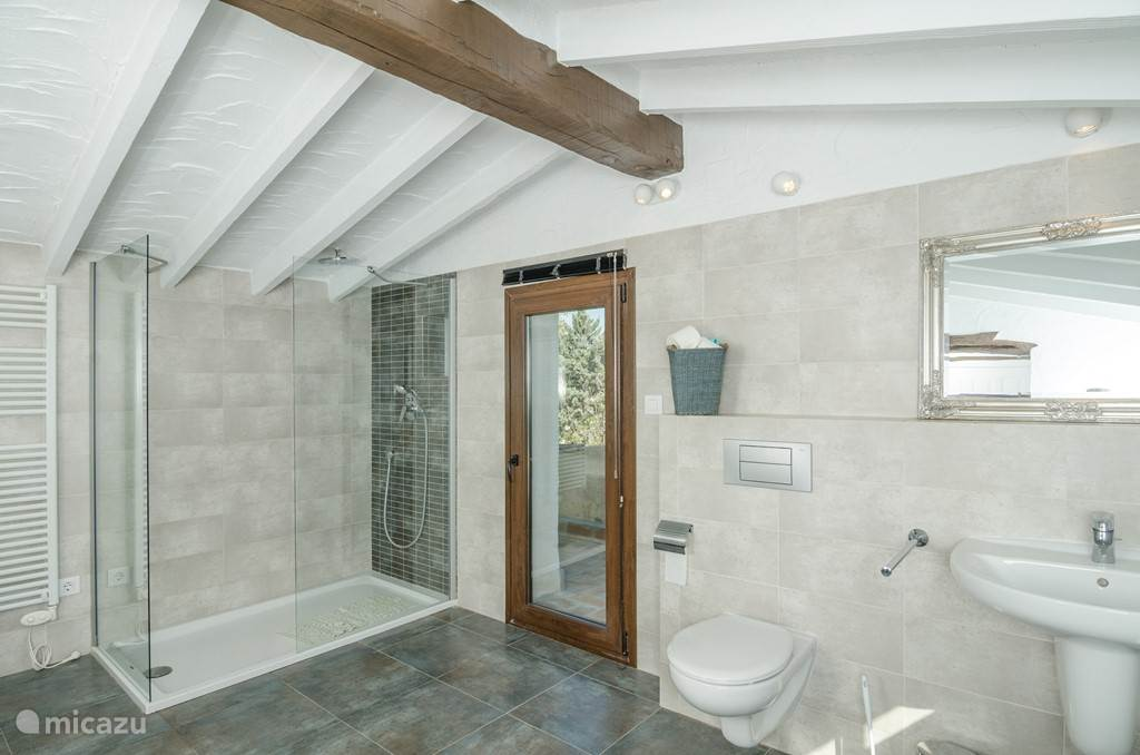 En suite badkamer op etage Inloopdouche en ligbad