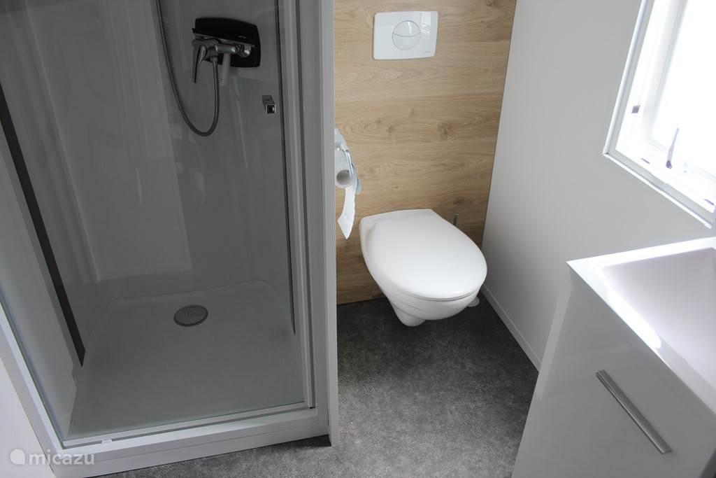 2e badkamer met toilet