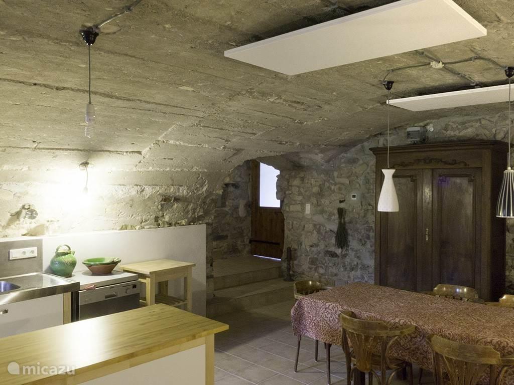 De woonkeuken in de oude caves.