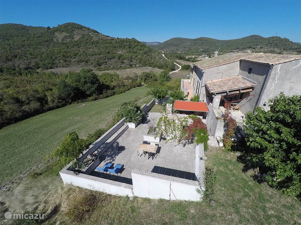 De boerderij vanuit de lucht.
