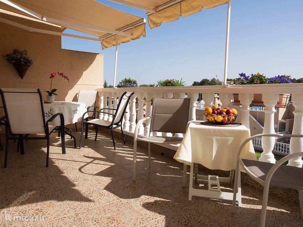 Dit terras ligt op de zuidzijde en is geheel met zonneschermen te overdekken.