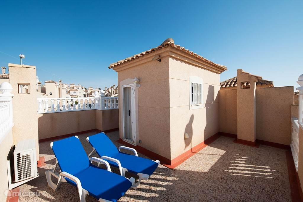 Op de bovenverdieping bevindt zich een solarium, dakterras. Dit omvat het gehele huis en de zon is hier de gehele dag aanwezig. Ook op het solarium bevinden zich ligbedden.