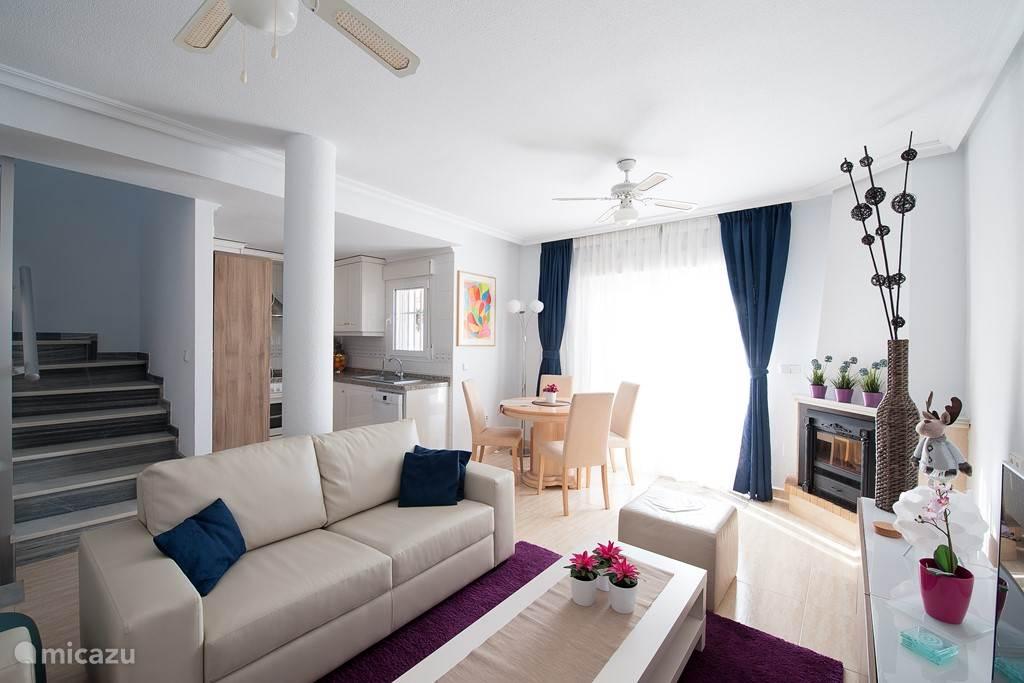 Vanuit de woonkamer is het solarium bereikbaar via een ruime binnentrap. Bovendien bevind zich een ruim terras direct achter de woonkamer, bereikbaar via een schuifpui.