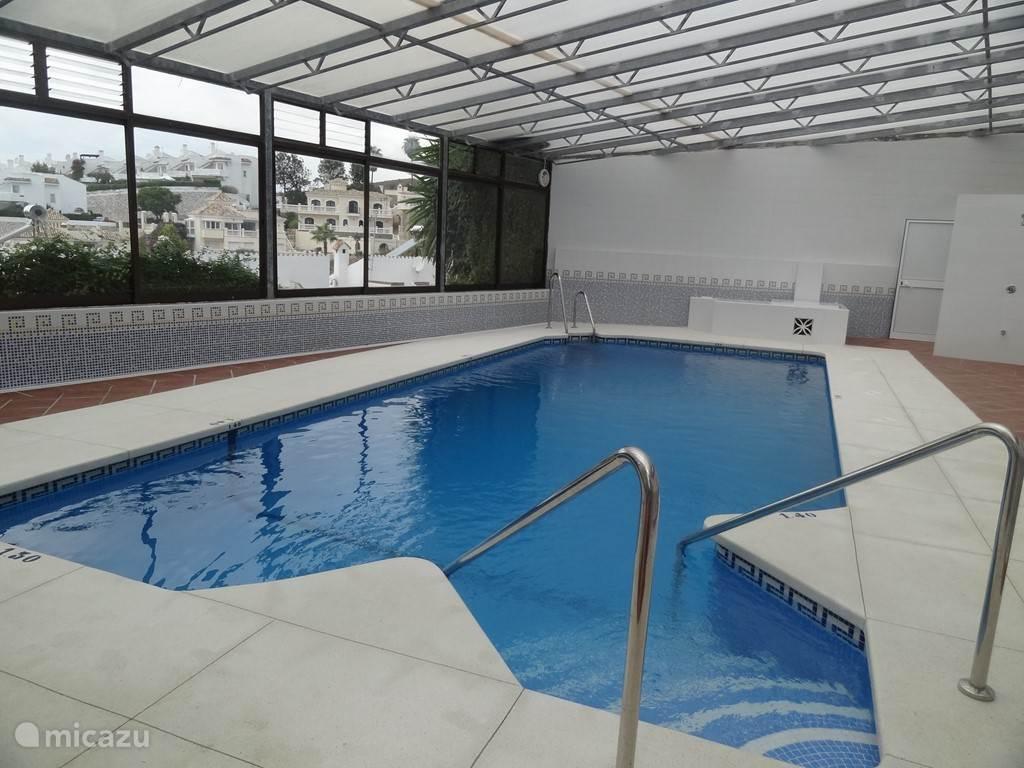 Binnen verwarmd zwembad - open mid oktober-t/m april