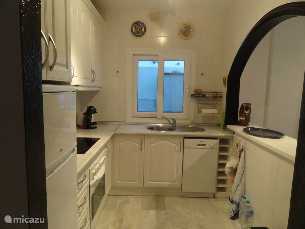 Keuken met keramische kookplaat, oven en afwasmachine