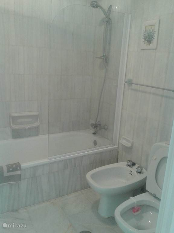 Badkamer en-suite met wastafel, bad, bidet en toilet