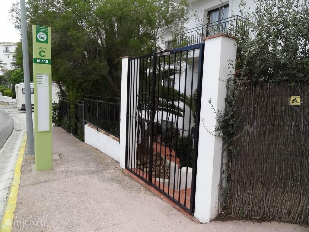 Bus halte voor de ingang van Colinas de Calahonda complex (4 keer per dag naar Fuengirola: maandag-vrijdag)