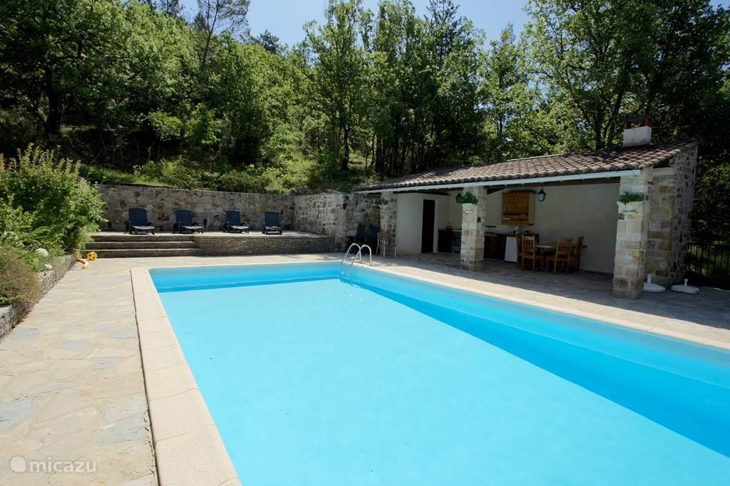 Pool with fully equipped (fridge, oven, stove, BBQ and dining area) summer kitchen. Loungers and sun terrace.