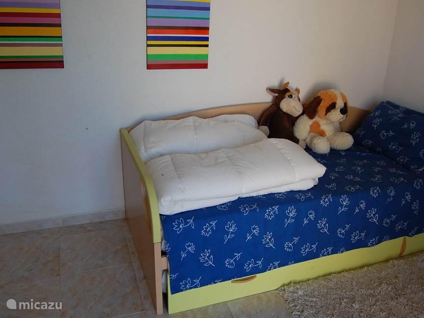 kamer met eenpersoons bed en extra onderschuif bed,