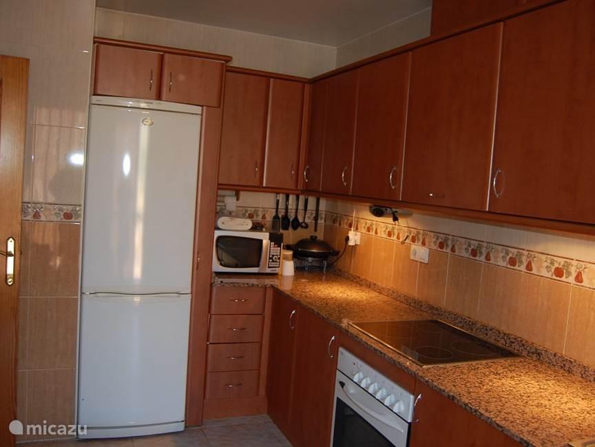 met ruime koelkast, diepvriezer, magnetron, oven, broodrooster,