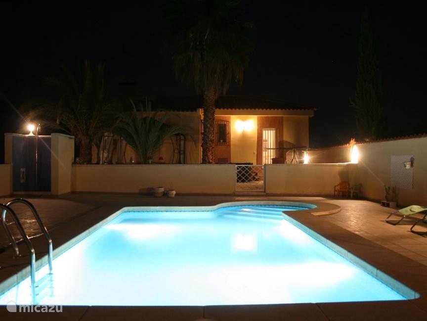 gezellig in de avond aan het zwembad relaxen tot in de late uurtjes.