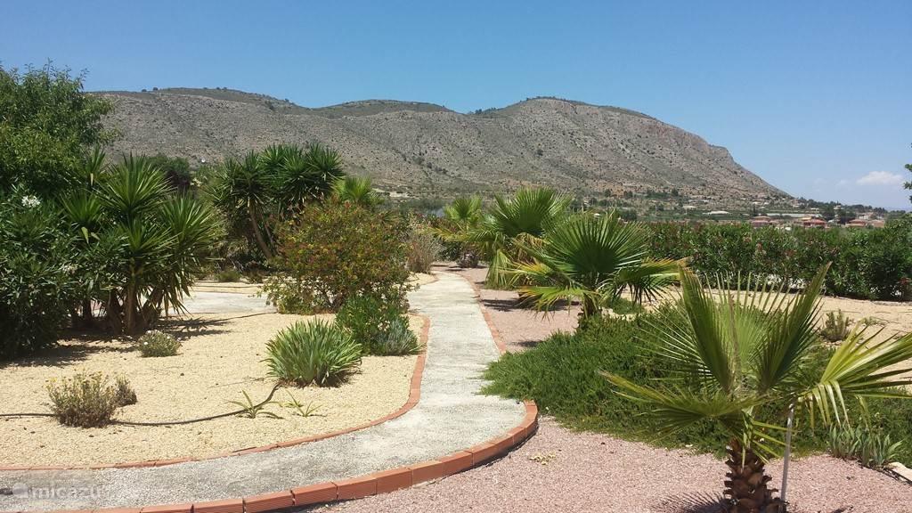 vrij uitzicht op het hondon dal. tuin geheel omheind zodat t veilig is voor kinderen en dieren.