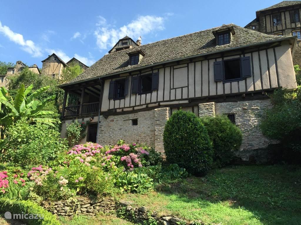 Het huis vanuit de tuin gezien.