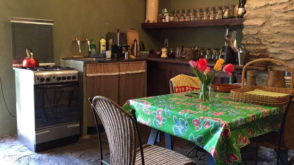 De eenvoudige keuken. Hij is op de begane grond, naast de cave, met een deur naar het terras en de tuin.