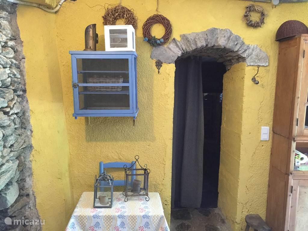 Doorgang naar de Cave vanuit de keuken.