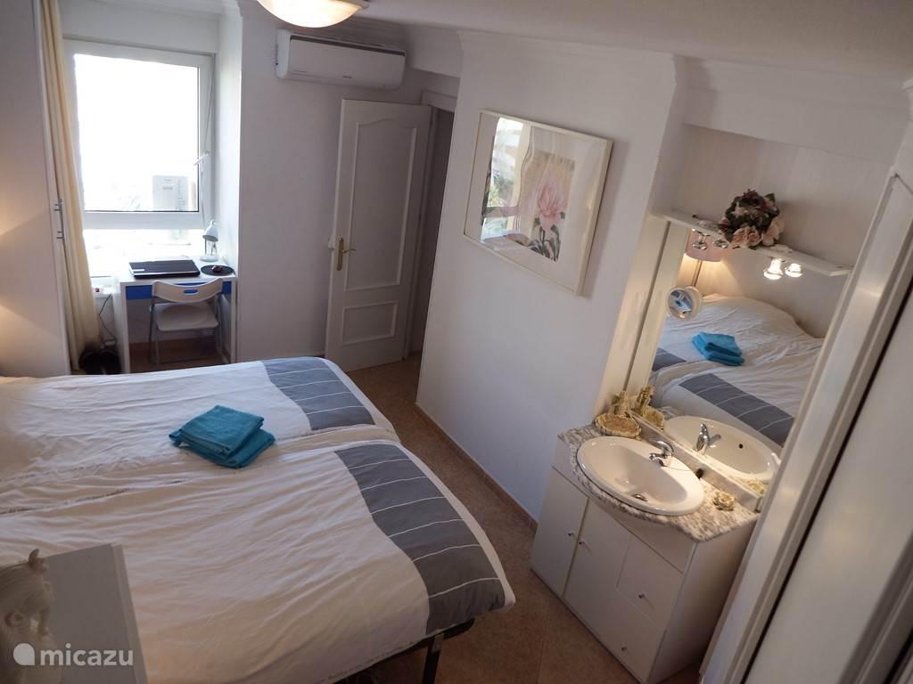 slaapkamer 1 met wastafel