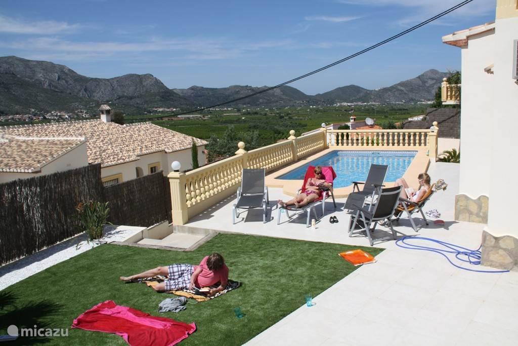 kunstgras, terras en zwembad