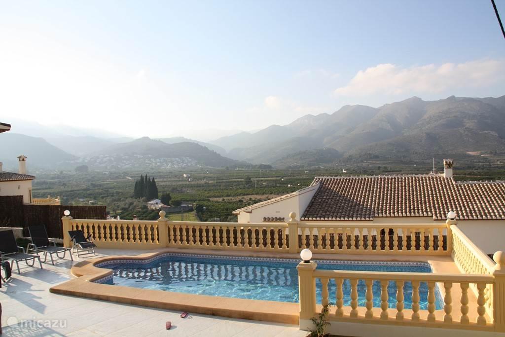 zwembad met uitzicht over de Orba-vallei