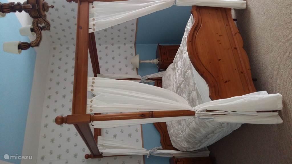 De Engelse slaapkamer met hemelbed