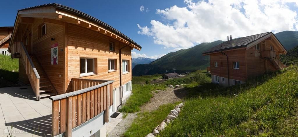 Foto van het Chalet in de richting van de Alpenboerderij