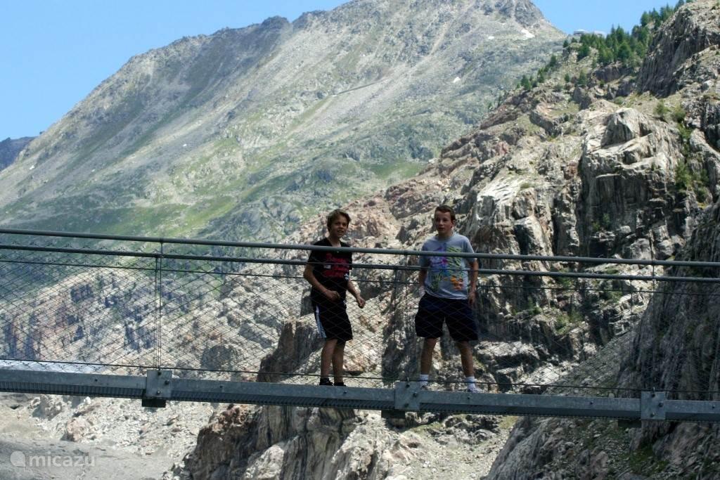 De jongens op de Hangbrug die de Belalp met de Riederalp verbindt. zo'n 80m boven het water.