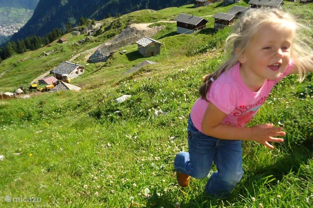 Onze dochter Joy loopt een heuvel op in de buurt van de Alpenboerderij