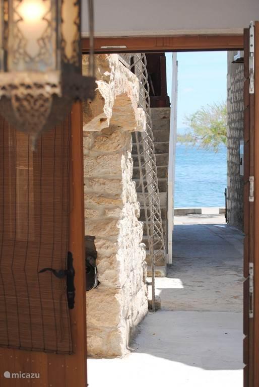 De zee is 18 stappen verwijderd van het huis en ligt direct aan de riva.
