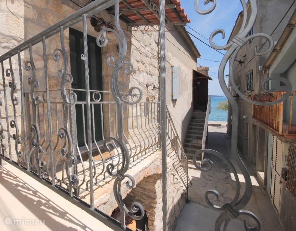 Opnieuw zicht op zee. Op heb balkon is het ook heerlijk zitten in de middagzon.
