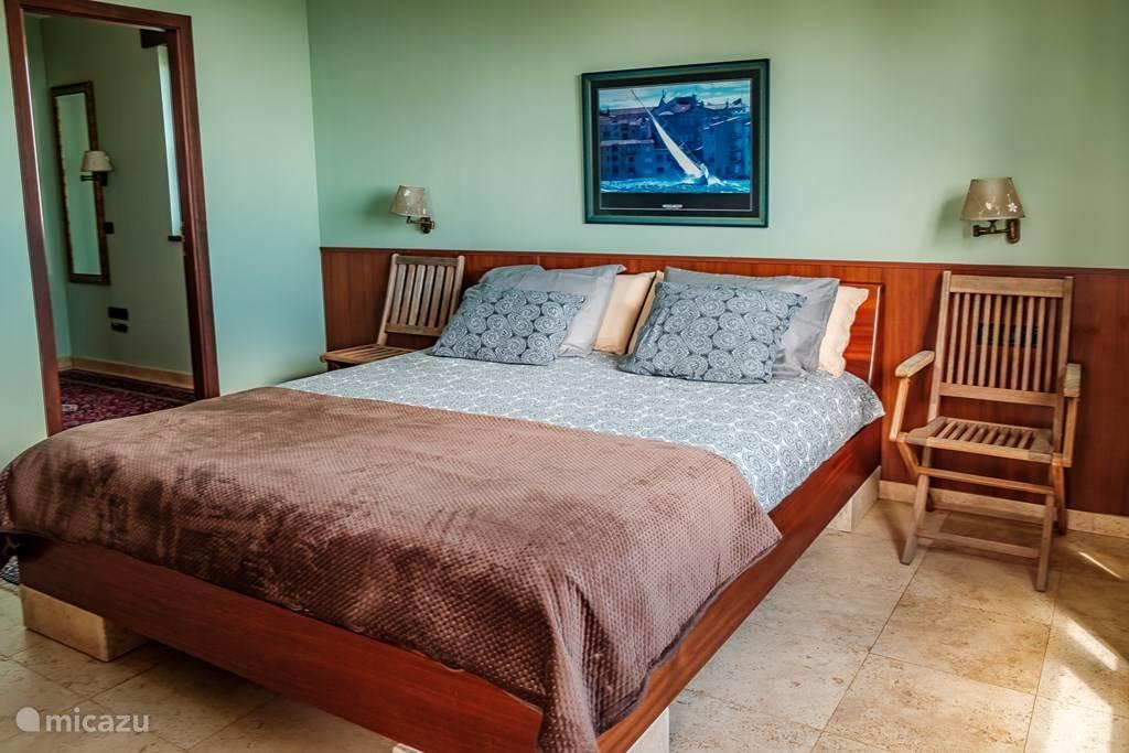 De slaapkamer met een heel comfortabel  2 x 2 meter Tempur bed