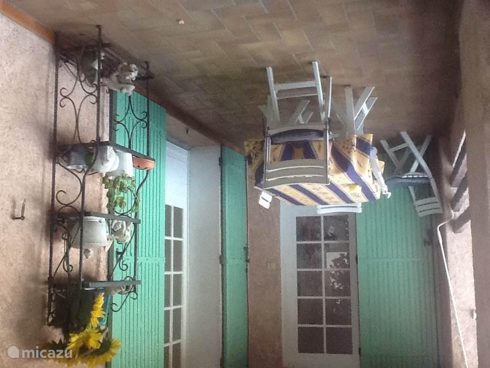 overdekte balkon, grenzend aan de keuken, waar grote tafel plaats biedt aan 8 personen