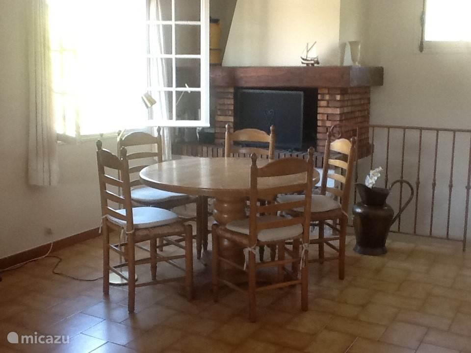 woonkamer met ronde tafel met 5 stoelen
