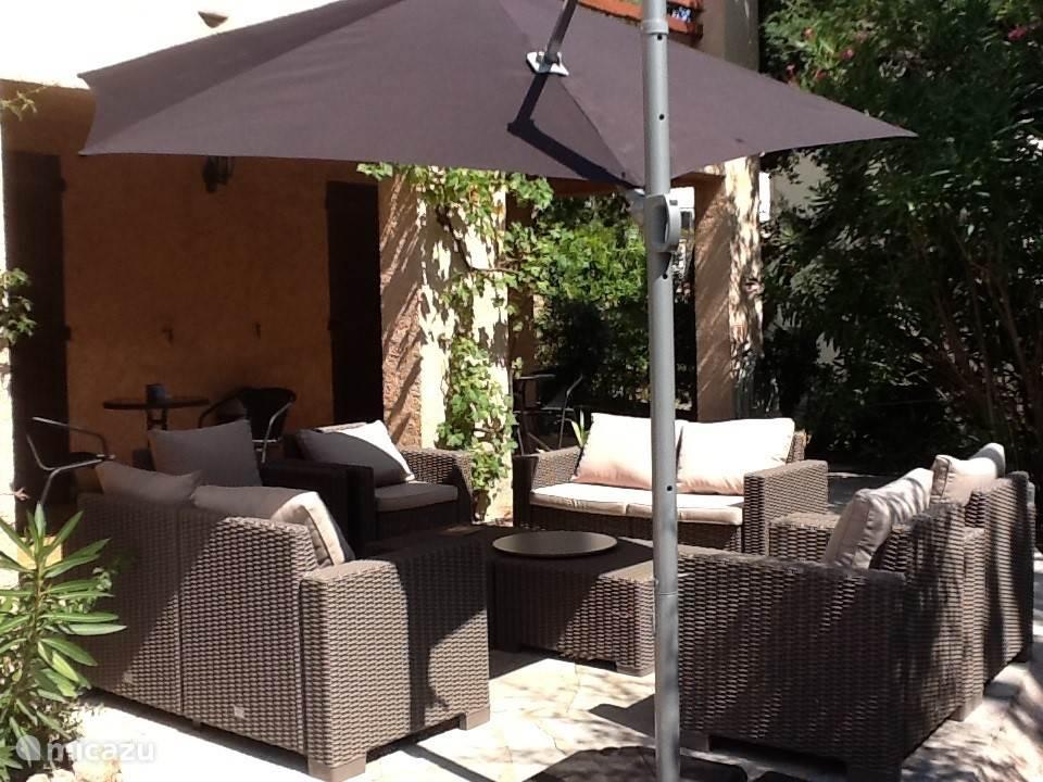 tuinstel met parasol voor heerlijk zonnige dagen