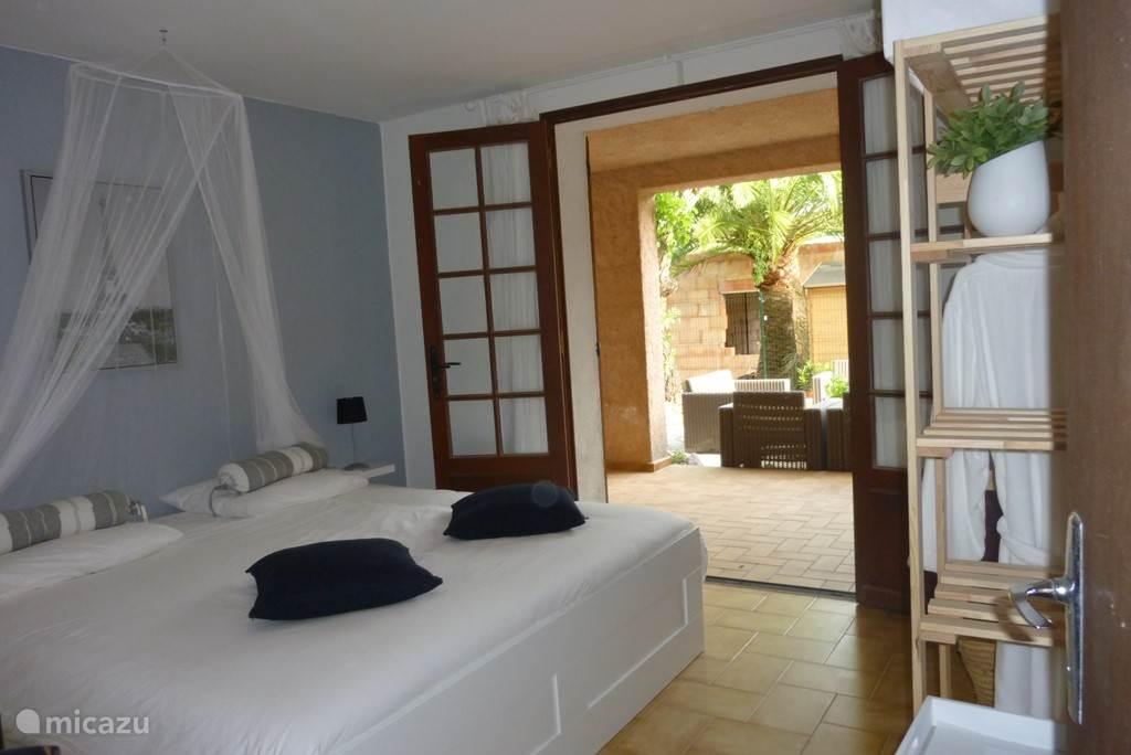 Slaapkamer bed 180x200, spiegel, kledingkast. Kamer ziet uit op de achtertuin.