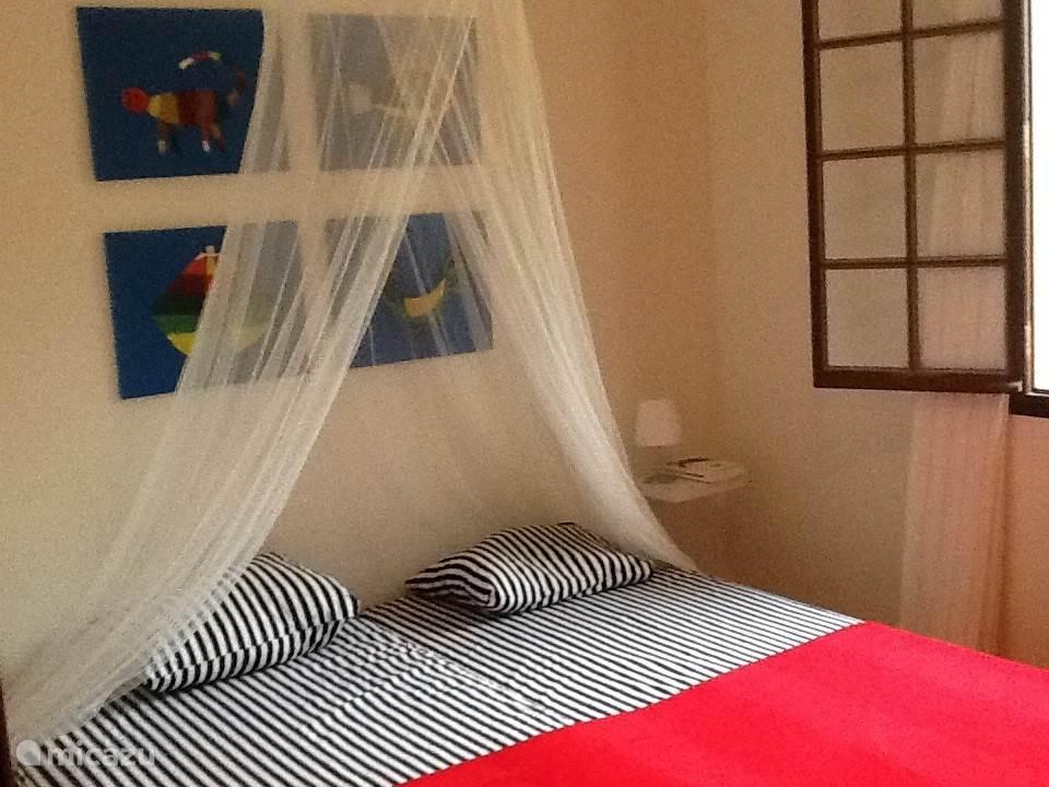 slaapkamer ingericht met bed 140x200, spiegel, kledingkast.