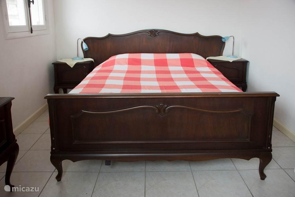 Slaapkamer met uitzicht op zee vanaf het bed