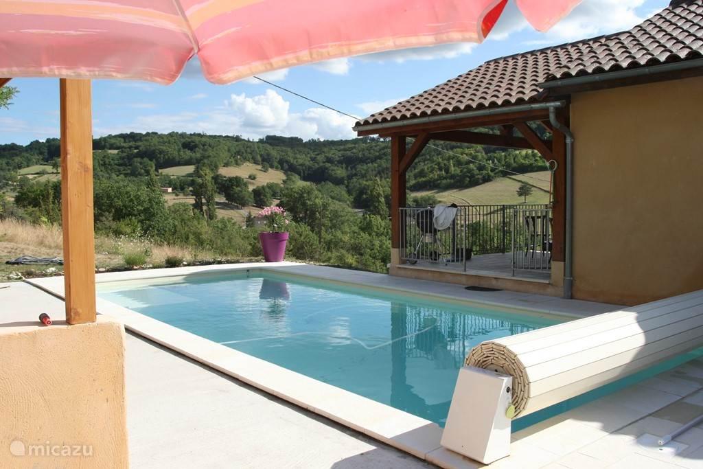 zwembad 9,5 bij 4 meter, drie plateaus 50 cm, 1 meter en 1,80 cm diep met elektrisch rol deck